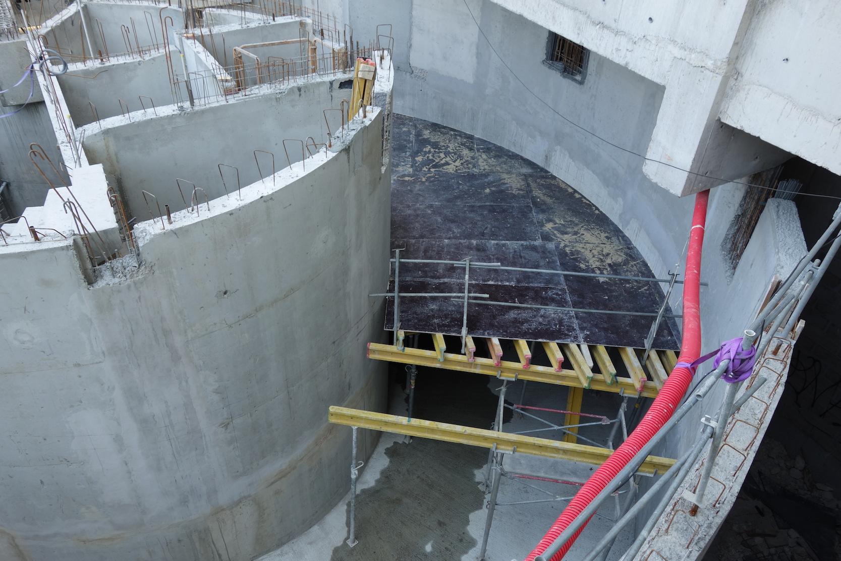 Installation du support pour couler le béton de la rampe