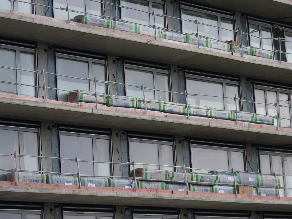 Stocks d'isolants en attente d'être posés, bâtiment A