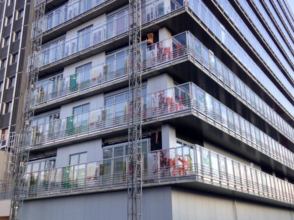 Derniers gardes-corps vitrés sérigraphiés posés sur le bâtiment A
